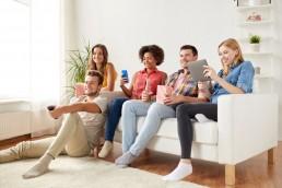 Direct Response TV (DRTV): Menschen sehen DRTV-Werbung
